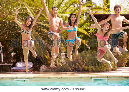 Gruppo di amici adolescenti il salto in piscina Foto Stock