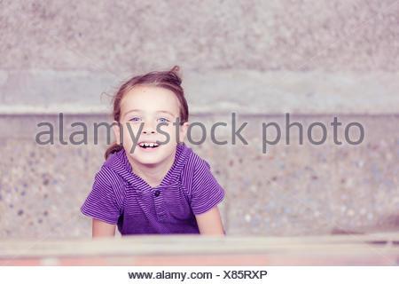 Ritratto di bambina cercando fino alla fotocamera Foto Stock