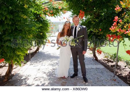 Ritratto di metà adulto sposa e lo sposo sul giorno di nozze Foto Stock