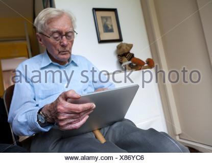 Senior utilizzando un iPad Foto Stock