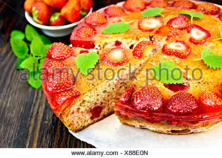 Fragole torta con la gelatina sul bordo scuro Foto Stock