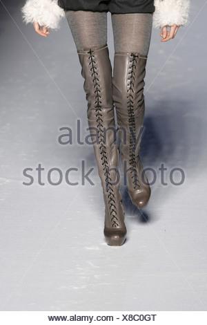 09b2fad1b1 Etro Milano pronto a indossare S S tagliato le gambe del modello che ...