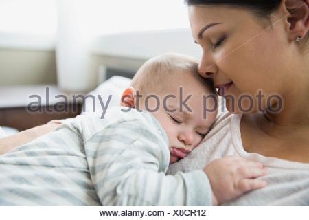 Serena la madre e il bambino dorme Foto Stock