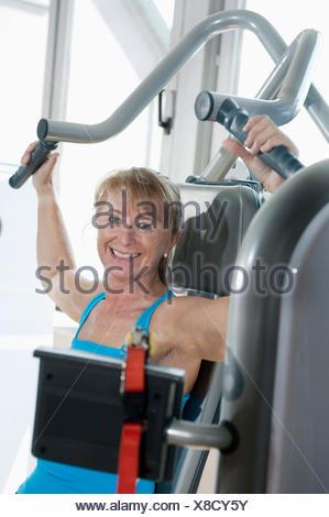 Ritratto di donna matura fitness studio sorridendo felice Foto Stock