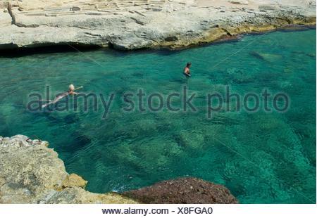 L uomo e la donna a nuotare in mare, Gozo, Malta Foto Stock