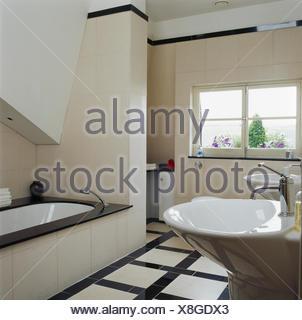Pavimento piastrellato di bianco nella cucina moderna con legno chiaro dotato di unit e - Bordo vasca da bagno ...