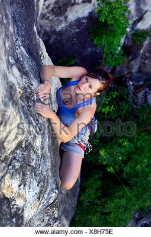 Donna arrampicata sulle rocce, Francia, Savoie Foto Stock