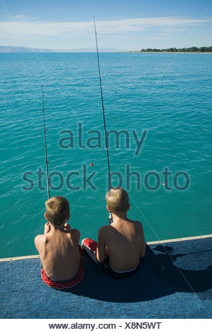 Fratelli la pesca al largo dock nel lago, Utah, Stati Uniti Foto Stock