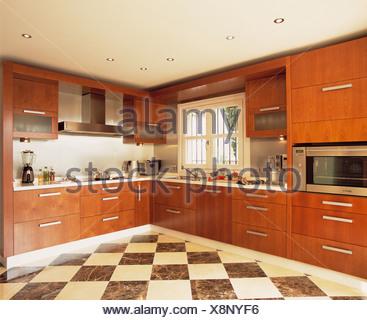 Legno di ciliegio cucina con pavimento di piastrelle e sunny ...