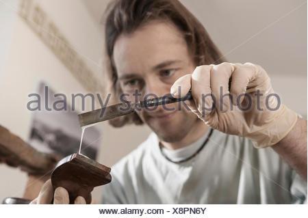 Colla Per Sedie In Legno.Carpenter Applicare Colla Su Un Antico Sedia In Legno In Officina
