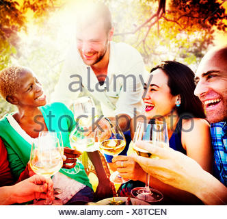 Gli amici di amicizia di refrigerazione esterna convivere Concept Foto Stock