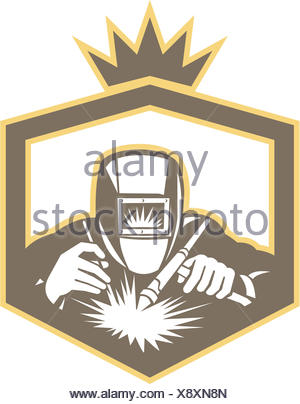 Illustrazione della saldatrice il lavoratore a lavorare utilizzando la torcia di saldatura visto dalla serie anteriore all'interno della protezione su sfondo isolato fatto in stile retrò. Foto Stock