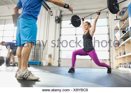 Donna pratica Olympic sollevamento in palestra Crossfit Foto Stock