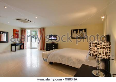 Red piastrelle per pavimento in una camera da letto di un grande