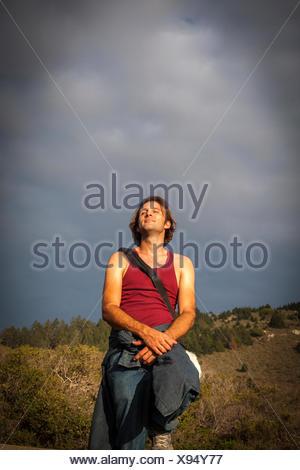 Uomo che guarda il cielo, Muir Woods, CALIFORNIA, STATI UNITI D'AMERICA