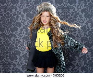 ... su sfondo rétro · Bambini Moda ragazza inverno leopard cappotto e  cappello di pelliccia Foto Stock bf575b139b2e