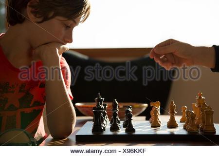 Padre e figlio a giocare una partita a scacchi Foto Stock