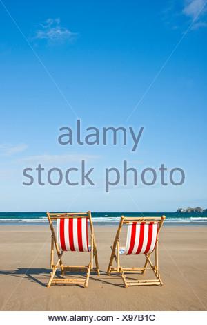 Vuoto due sedie a sdraio sulla spiaggia, Camaret-sur-Mer, Finisterre, Bretagna, Francia, Europa Foto Stock