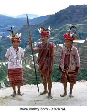 Ifugao persone, i membri di un gruppo etnico che indossano i costumi tradizionali, Banaue terrazze di riso, noto anche come picco musuan Foto Stock