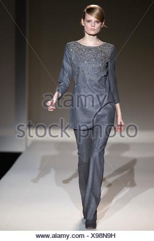 ... Alberta Ferretti Milano pronto a indossare Autunno Inverno 2011 2012  Foto Stock 788d20e63d6