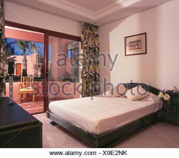 Appartamento spagnolo camera da letto con tende bianche presso le ...