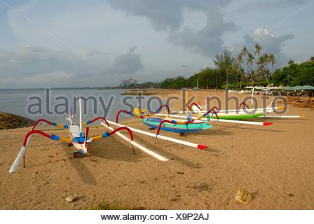 Barche per la pesca con il buttafuori, spiaggia di Sanur, Bali, Indonesia, Asia sud-orientale, Asia Foto Stock