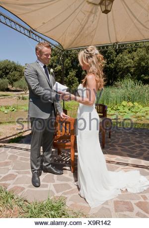 Metà adulto giovane sul giorno di nozze Foto Stock