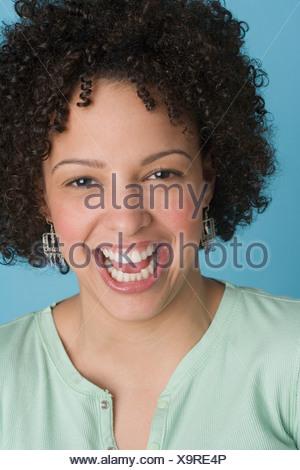 Ritratto di un felice giovane donna Foto Stock