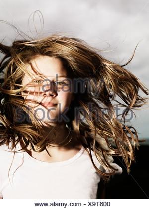 Ragazze capelli soffiando nel vento all'aperto Foto Stock