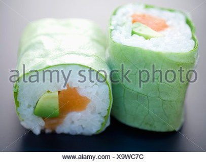 Salmone e insalata di avocado makis Foto Stock