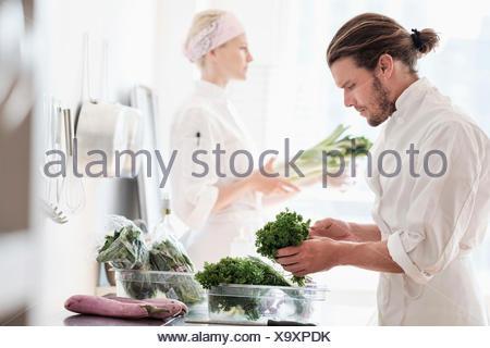 Chef operanti in cucina