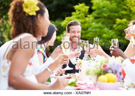 Gruppo di amici gustando Outdoor Dinner Party Foto Stock
