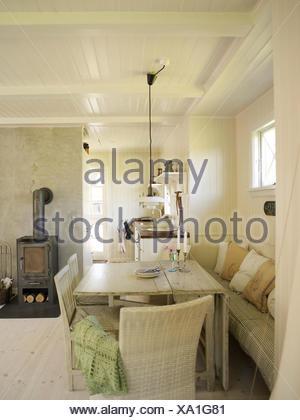 Pannelli di bianco soggiorno con tavolo da pranzo Foto & Immagine ...