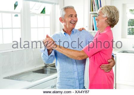 Allegro senior coppia danzante Foto Stock