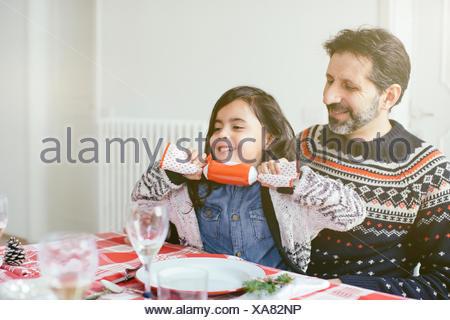 Ragazza con Christmas Cracker a family Christmas party Foto Stock