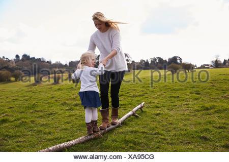 Madre e figlia sul paese invernale a piedi Foto Stock