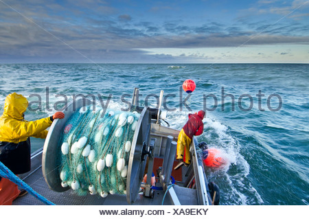 L'equipaggio getta fuori il primo insieme di reti da imbrocco in Ugashik Bay, Bristol Bay regione, Southwest Alaska, estate Foto Stock