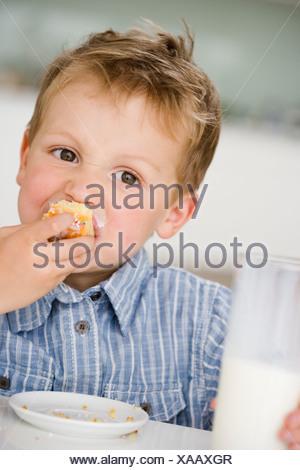 Ragazzo giovane mangiare gnocco dolce Foto Stock