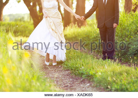 Sposa e lo sposo, camminare nella natura Foto Stock