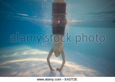 Vista subacquea del ragazzo adolescente in piscina Foto Stock