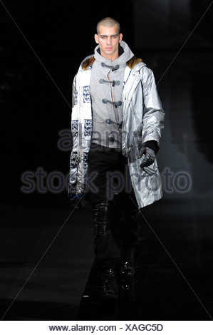 ... Milano Emporio Armani Menswear pronto a indossare uno stile  metallizzato  modello testa rasata indossa grigio 10b636bed2a1