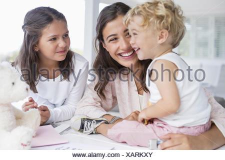 La madre a giocare con i bambini a casa Foto Stock
