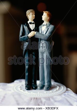 Un gay sposi su una torta, Svezia. Foto Stock