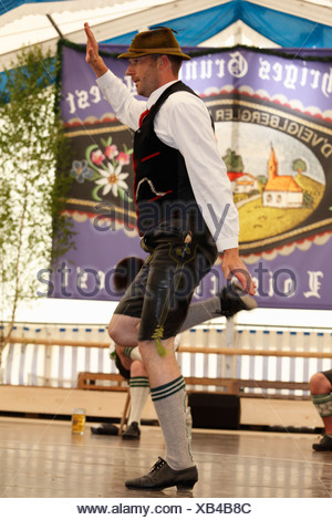 Schuhplattler, folk tradizionale ballerino, ottantatreesimo Loisachgaufest in Neufahrn vicino a Egling, Alta Baviera, Baviera, Germania, Europa Foto Stock