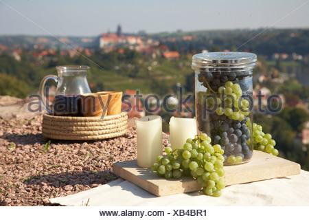 Ancora in vita con vino, uva, un vino Decanter, bicchieri di vino e candele, contro lo sfondo di Meissen, in Sassonia, Germania, Europa Foto Stock
