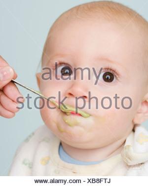 La madre del bambino di alimentazione Foto Stock