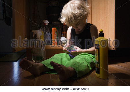 Little Boy con prodotti per la pulizia Foto Stock