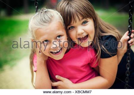 Felice bambine oscillanti in un parco, Debica, Polonia Foto Stock