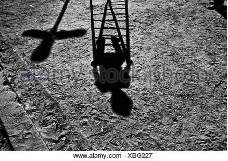 Ombra di un bambino che gioca in un parco giochi Foto Stock