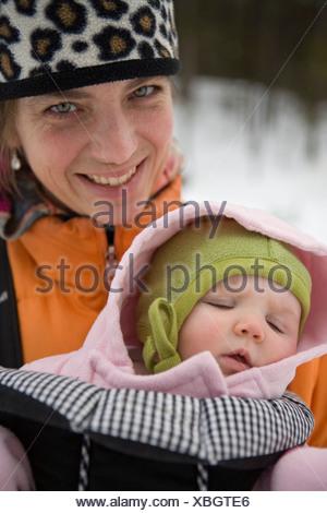 La madre e il neonato per passeggiata invernale, coregone, Montana. Foto Stock